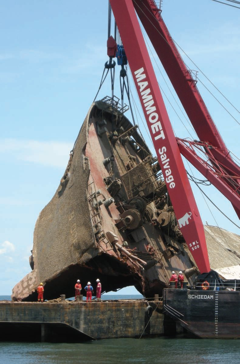 A 500t Mammoet sheerleg lifts a ship section during salvage